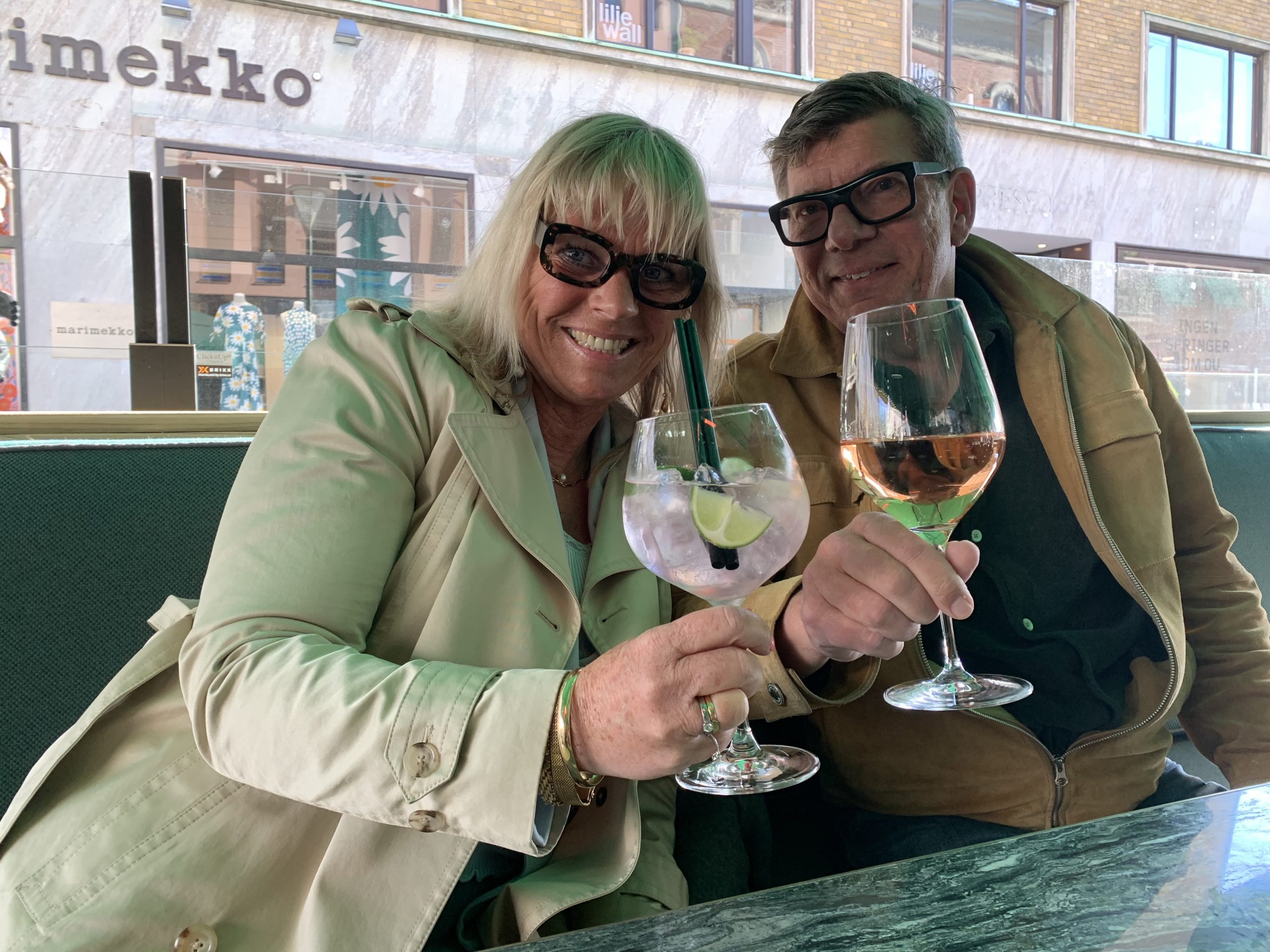 Jag och Ricky njuter drinkar på uteserveringen