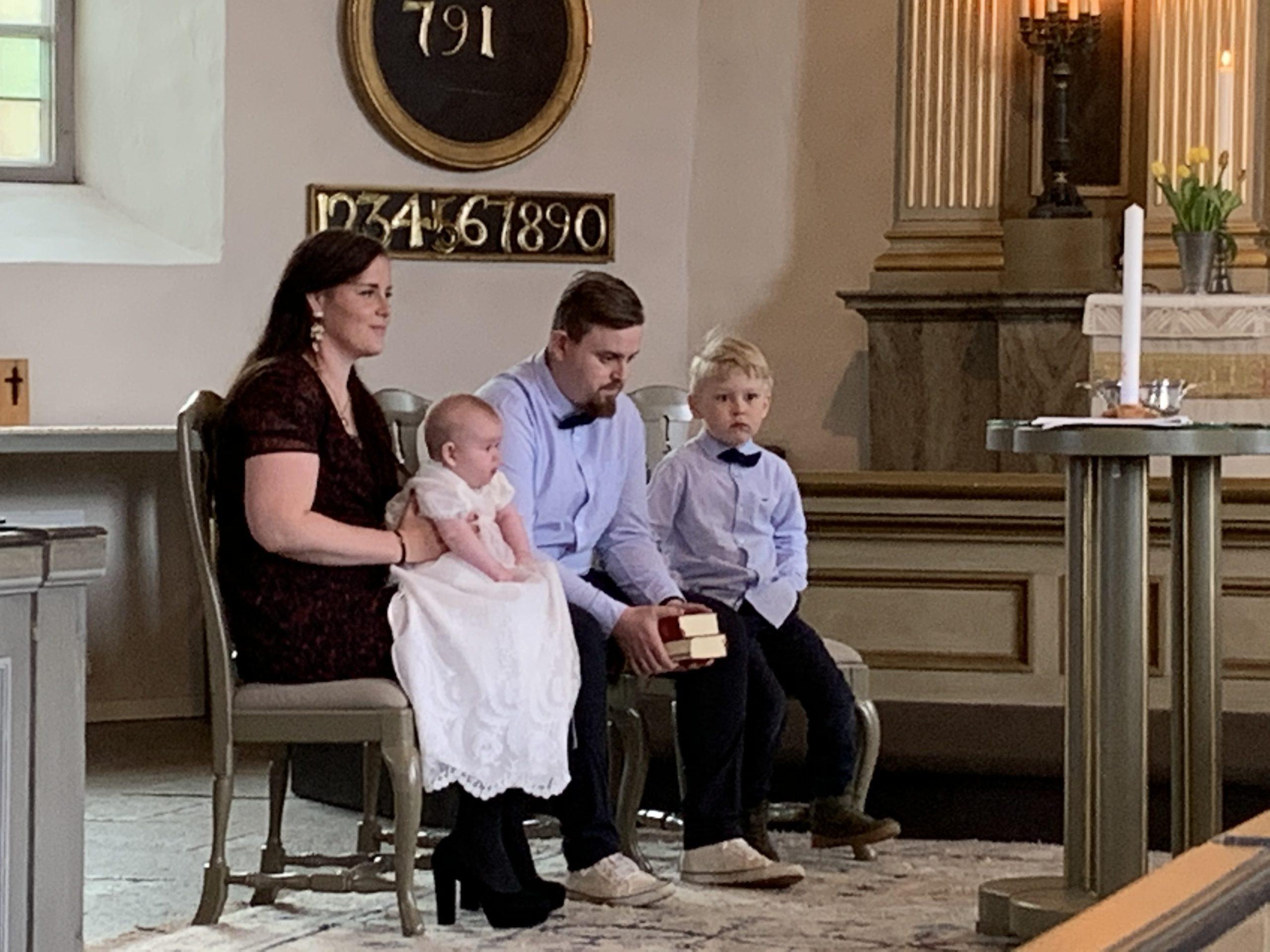 Lovisa,Alva, Alex och Melker i kyrkan