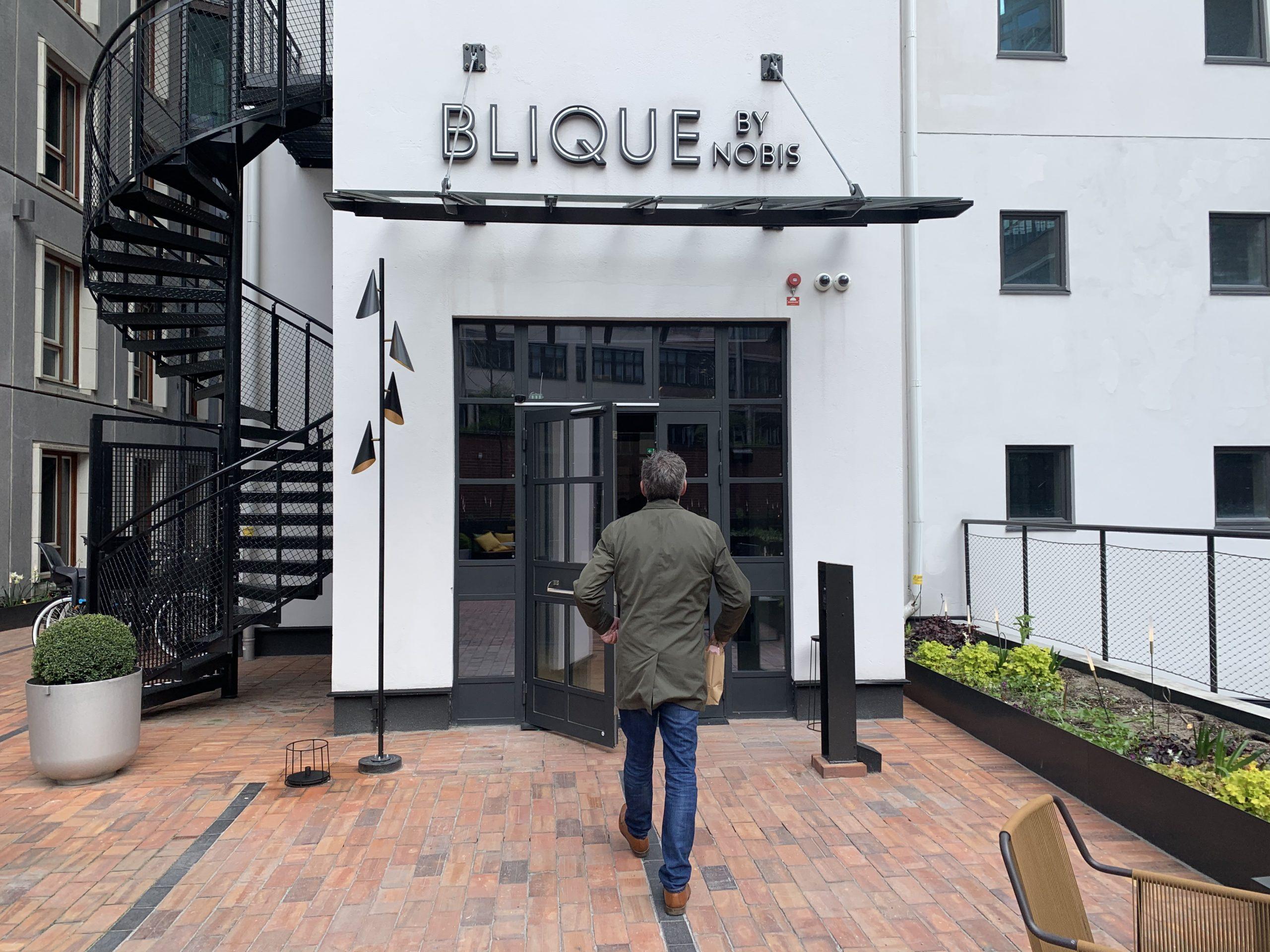 Richard på väg in på Hotell Blique i Stockholm
