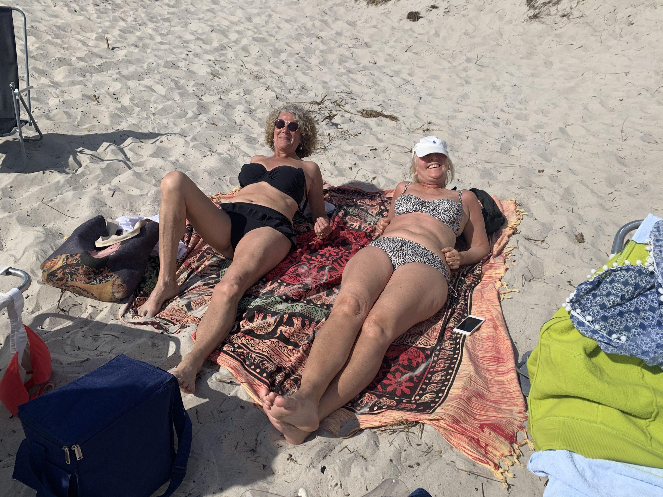 Katarina och Madde på stranden
