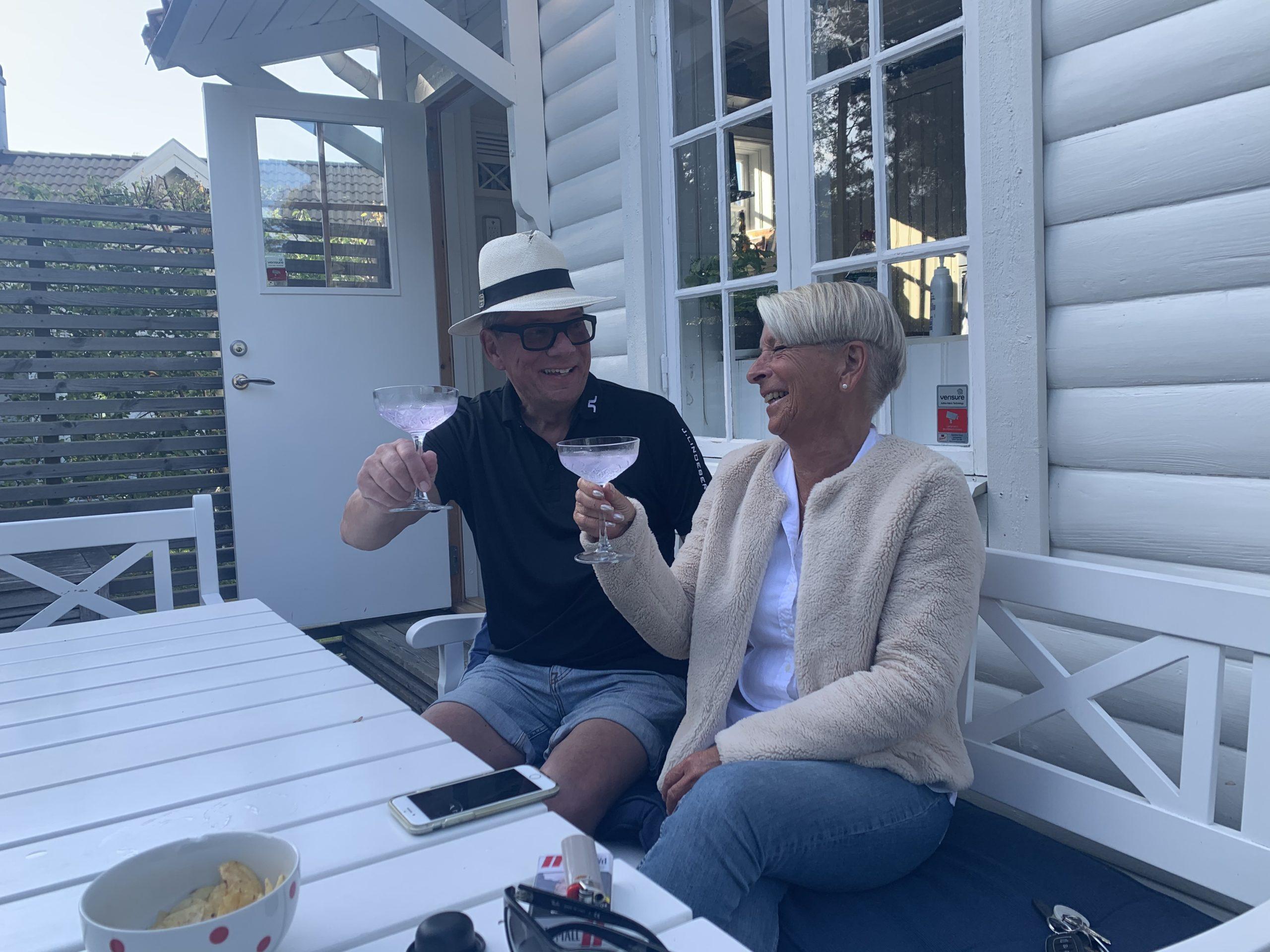 Ricky och Li dricker Pink gin