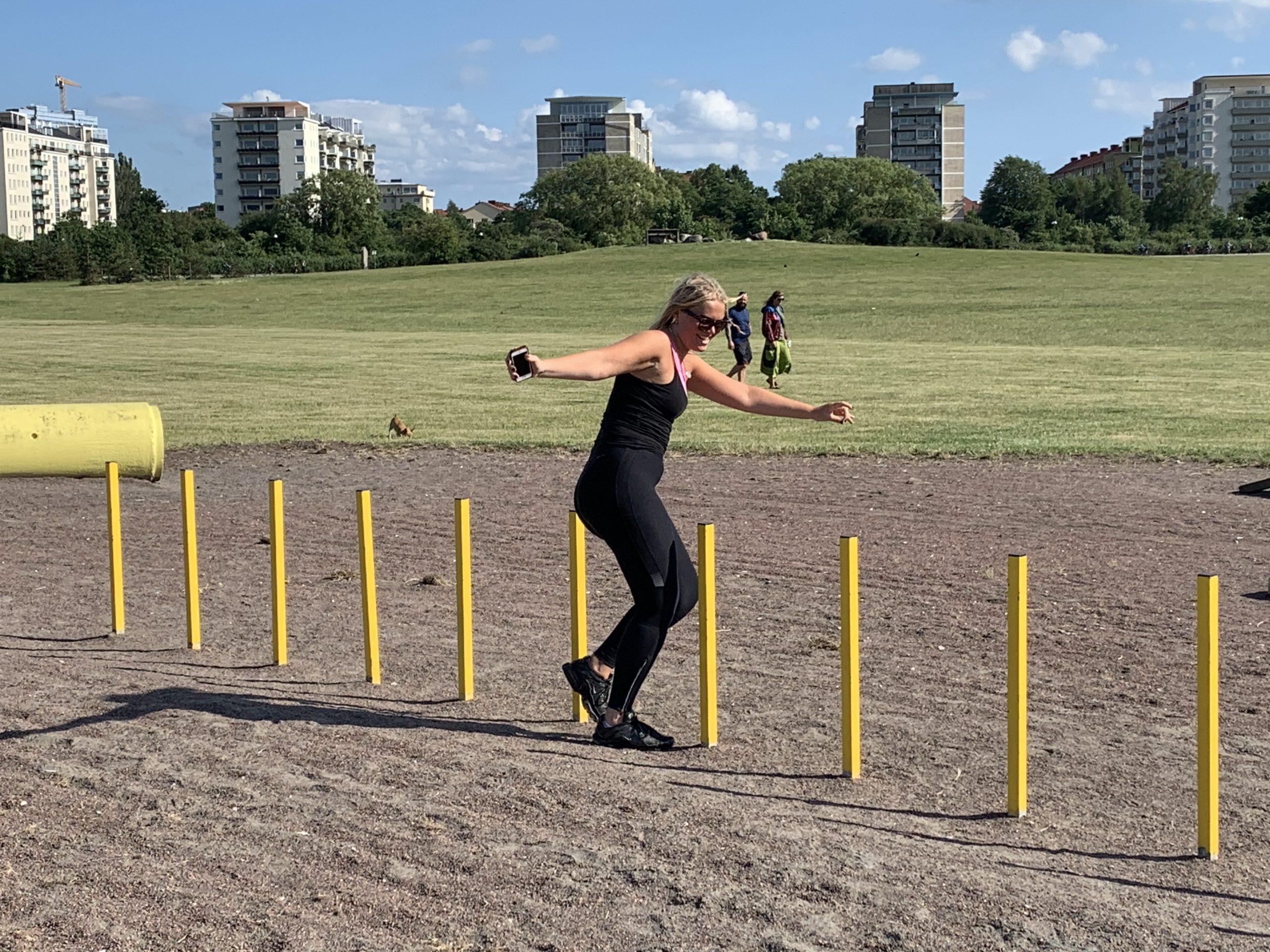 Klara tränar på agilitybanan