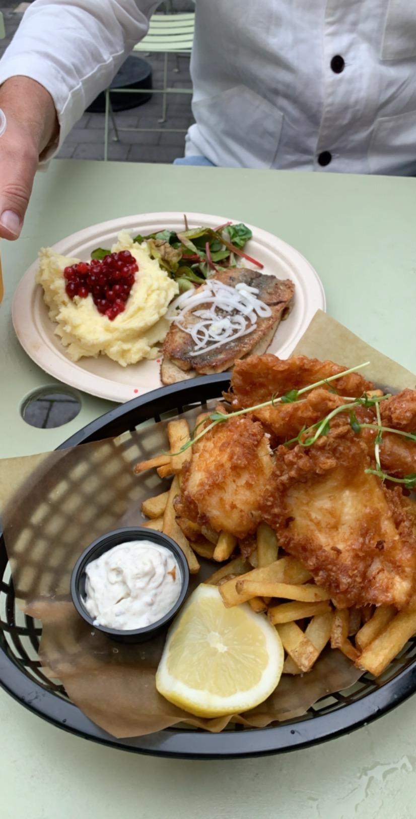 Fish & chips och stekt strömming med potatismos och lingon från fiskehoddorna