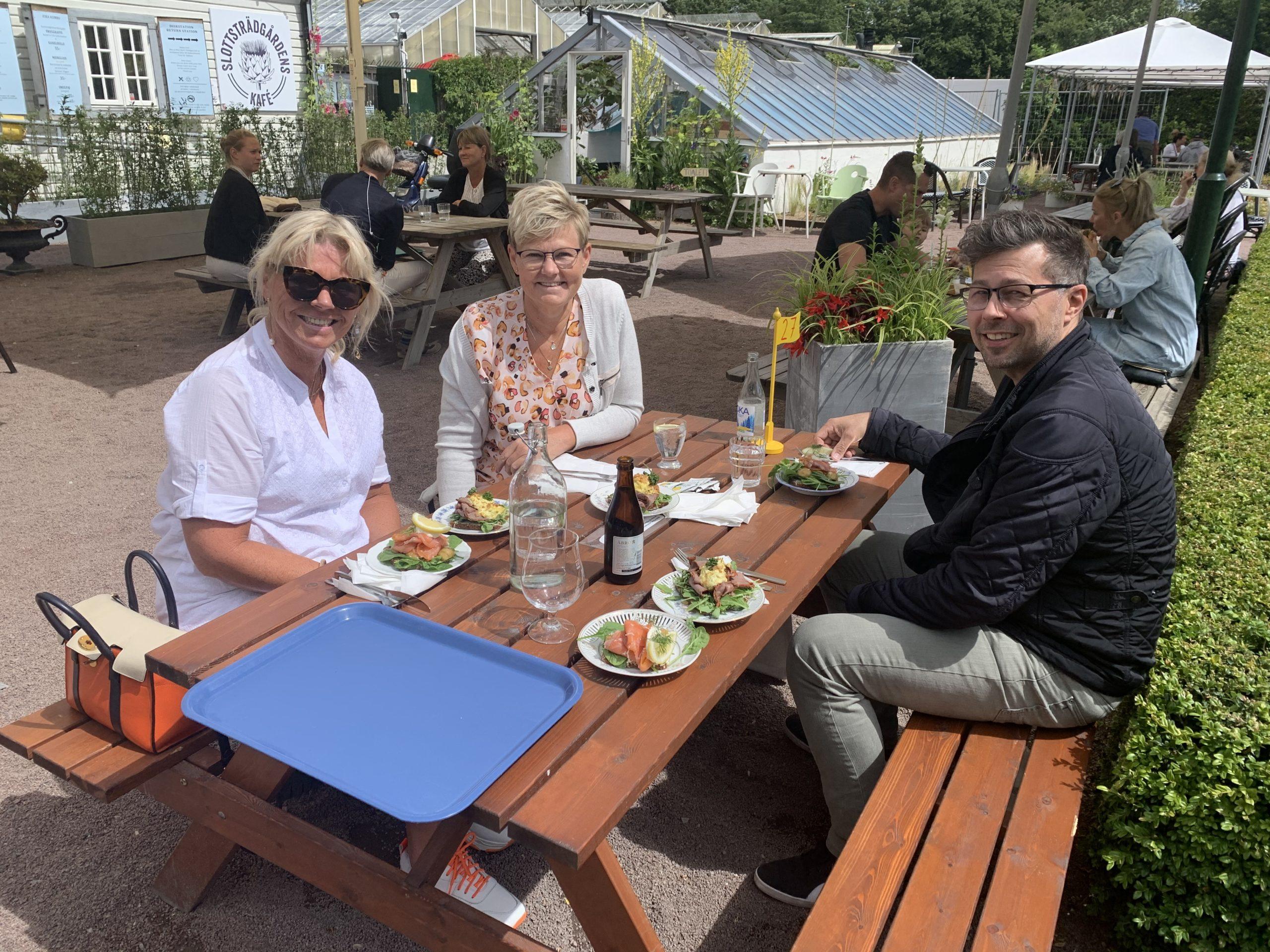 Jag, Susann och Micke äter lunch på Slottsträdgårdens kafé