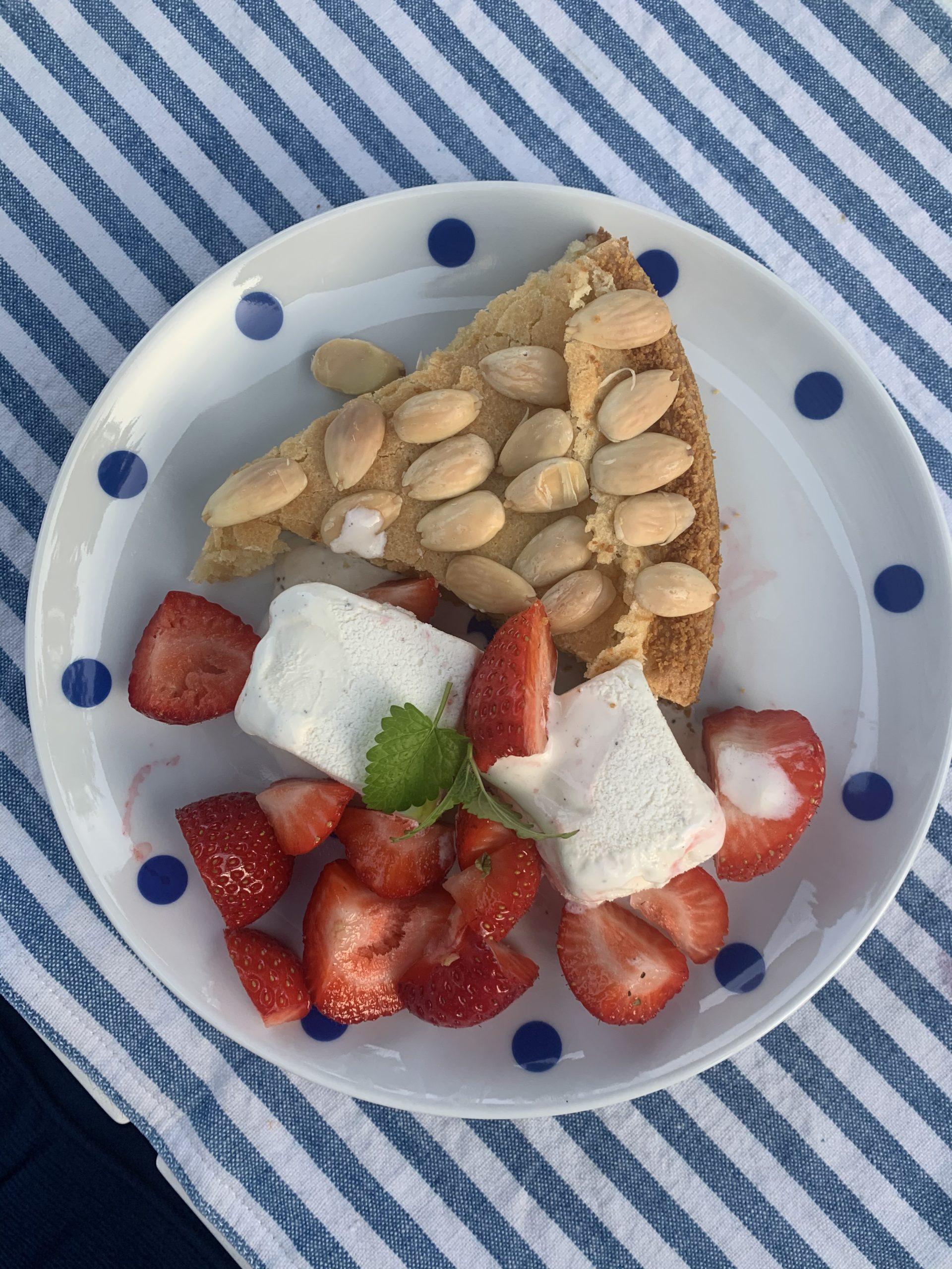 Min solskenskaka med jordgubbar och vaniljglass