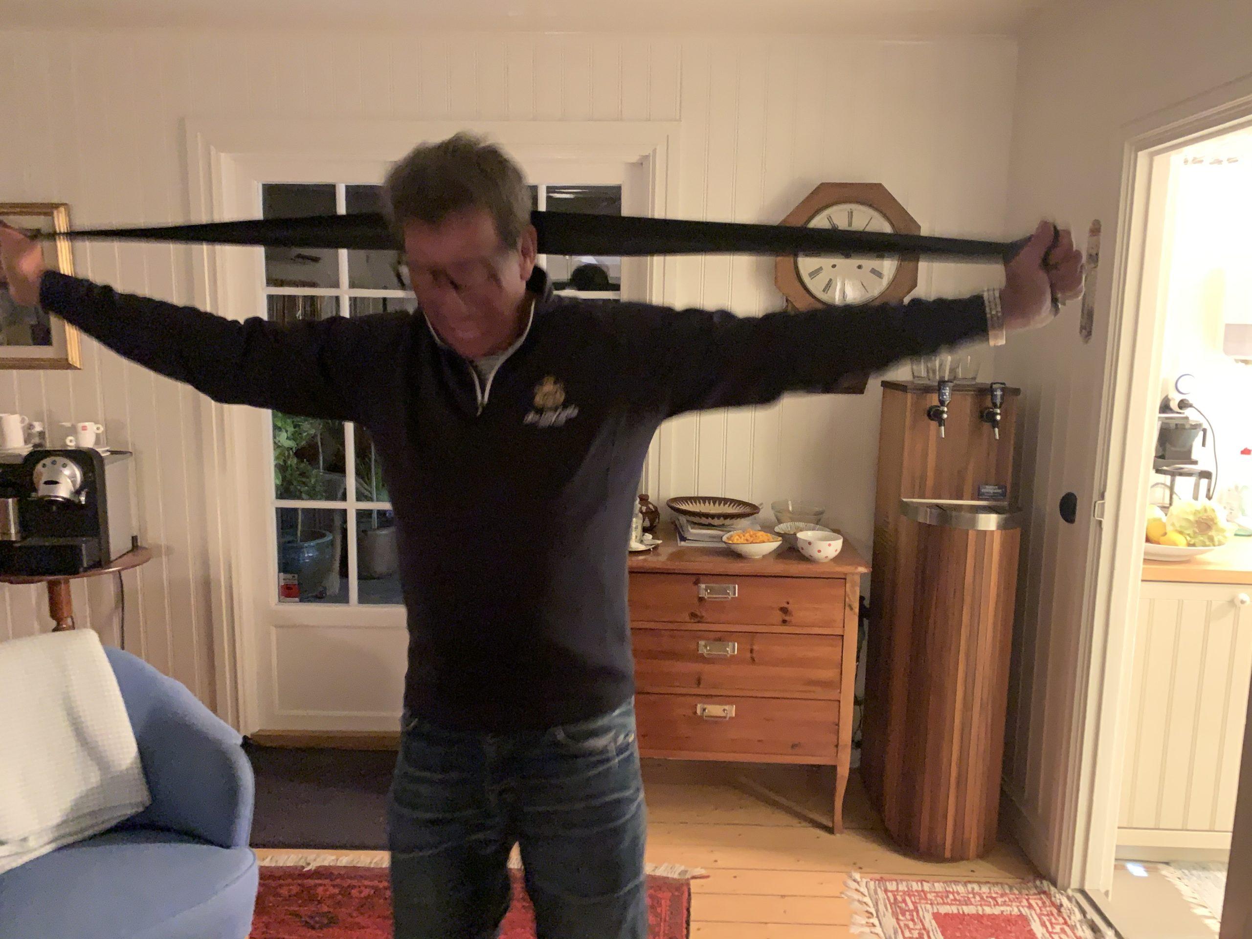 Richard testar sina nya träningsband