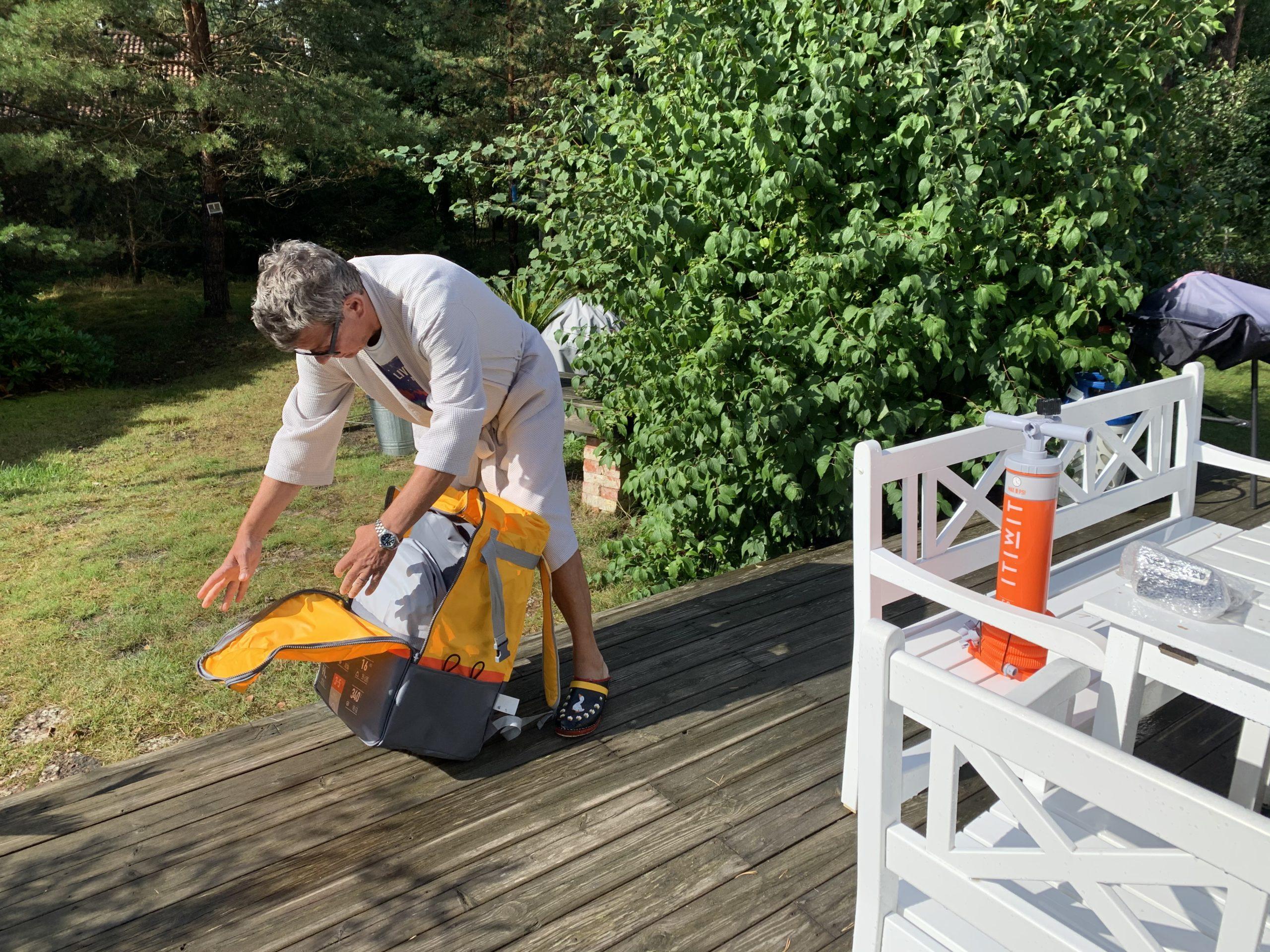 Ricky packar upp kajaken ur ryggsäcken