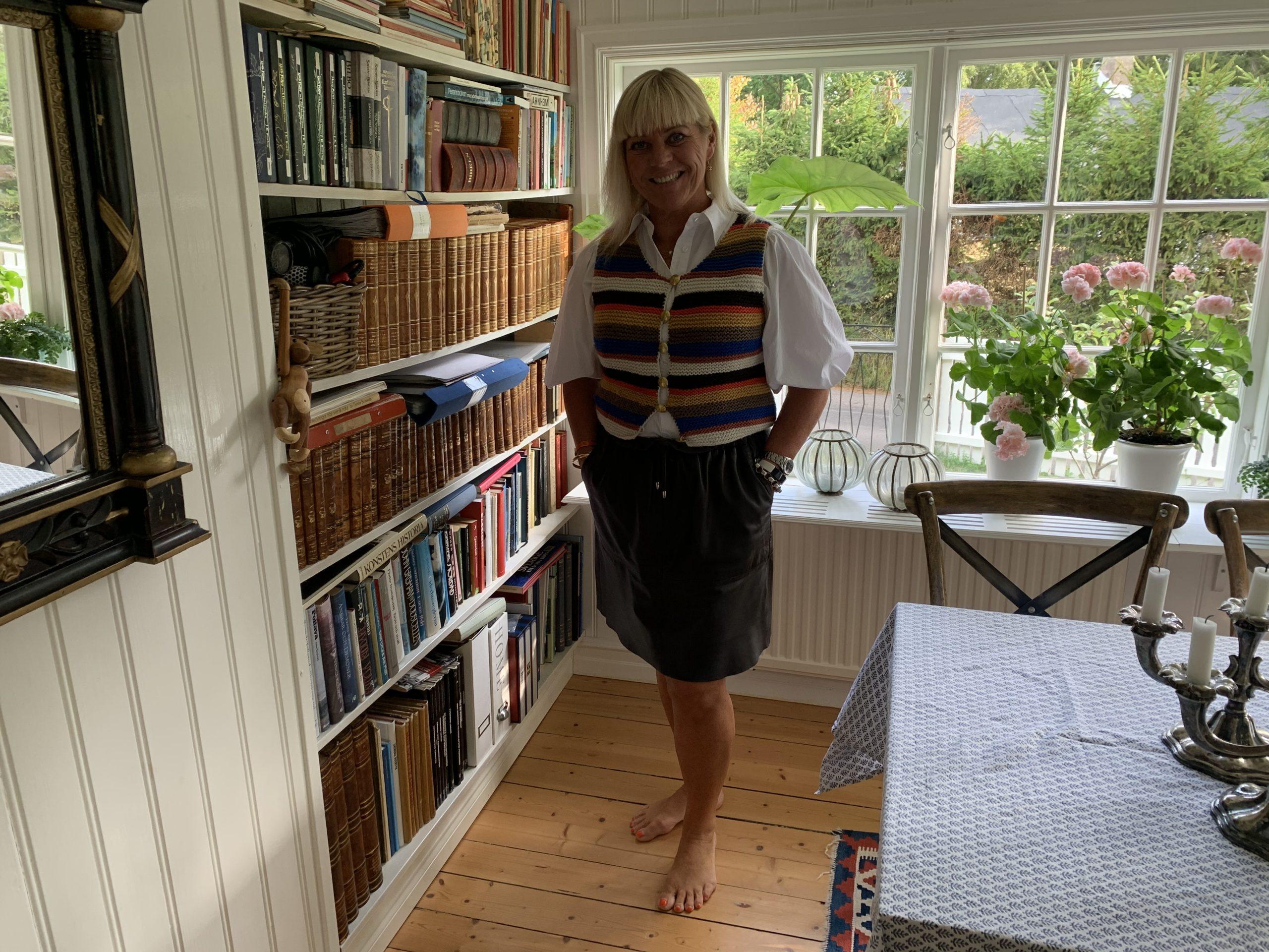 Framför bokhyllan i sommarhuset