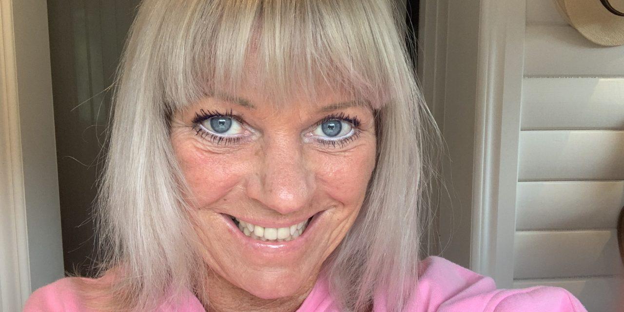 Kan ju tyckas märkligt att färga håret grått, när jag inte har några gråa strån naturligt…