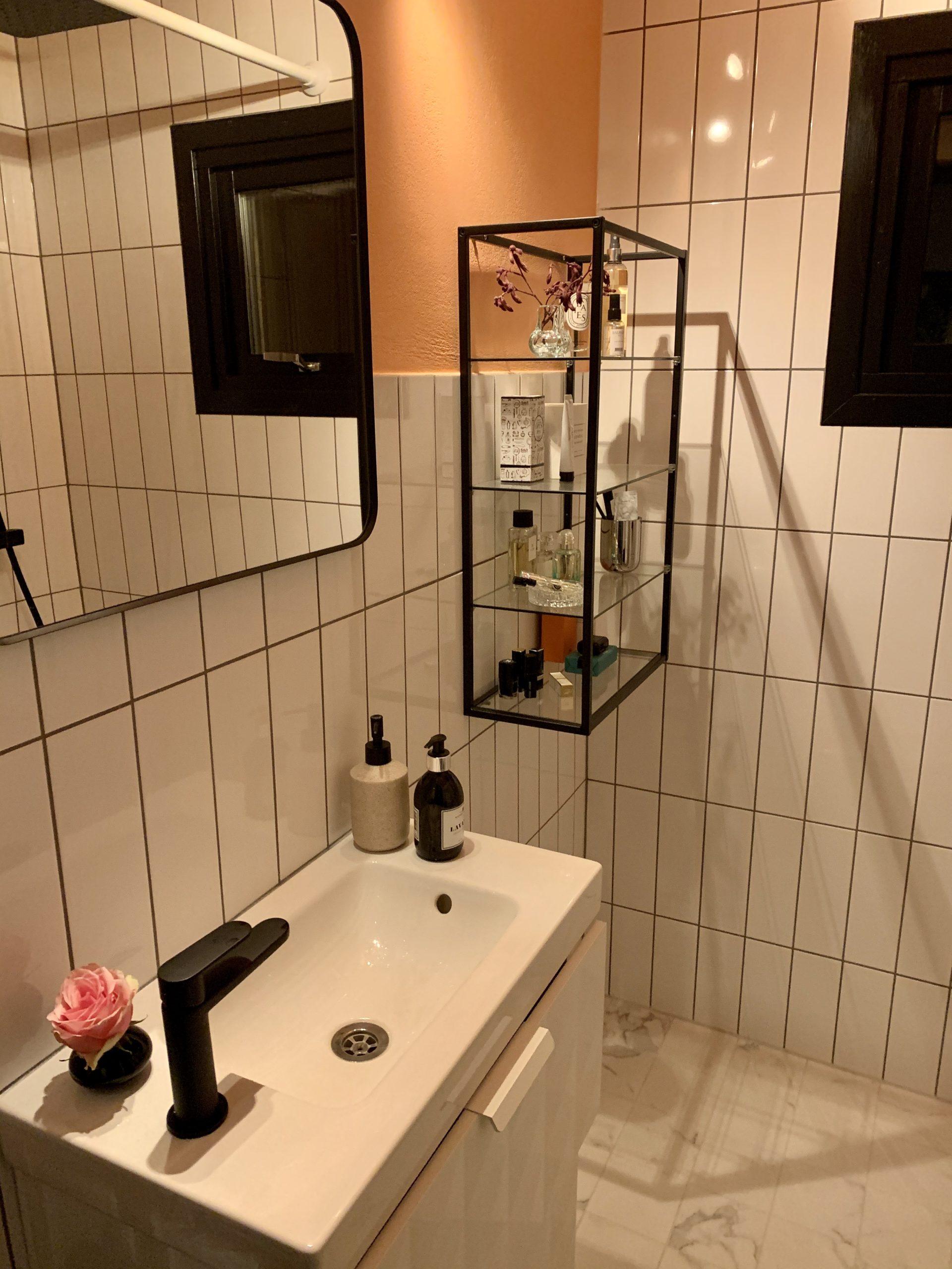 Snyggt med aprikos färg i badrummet
