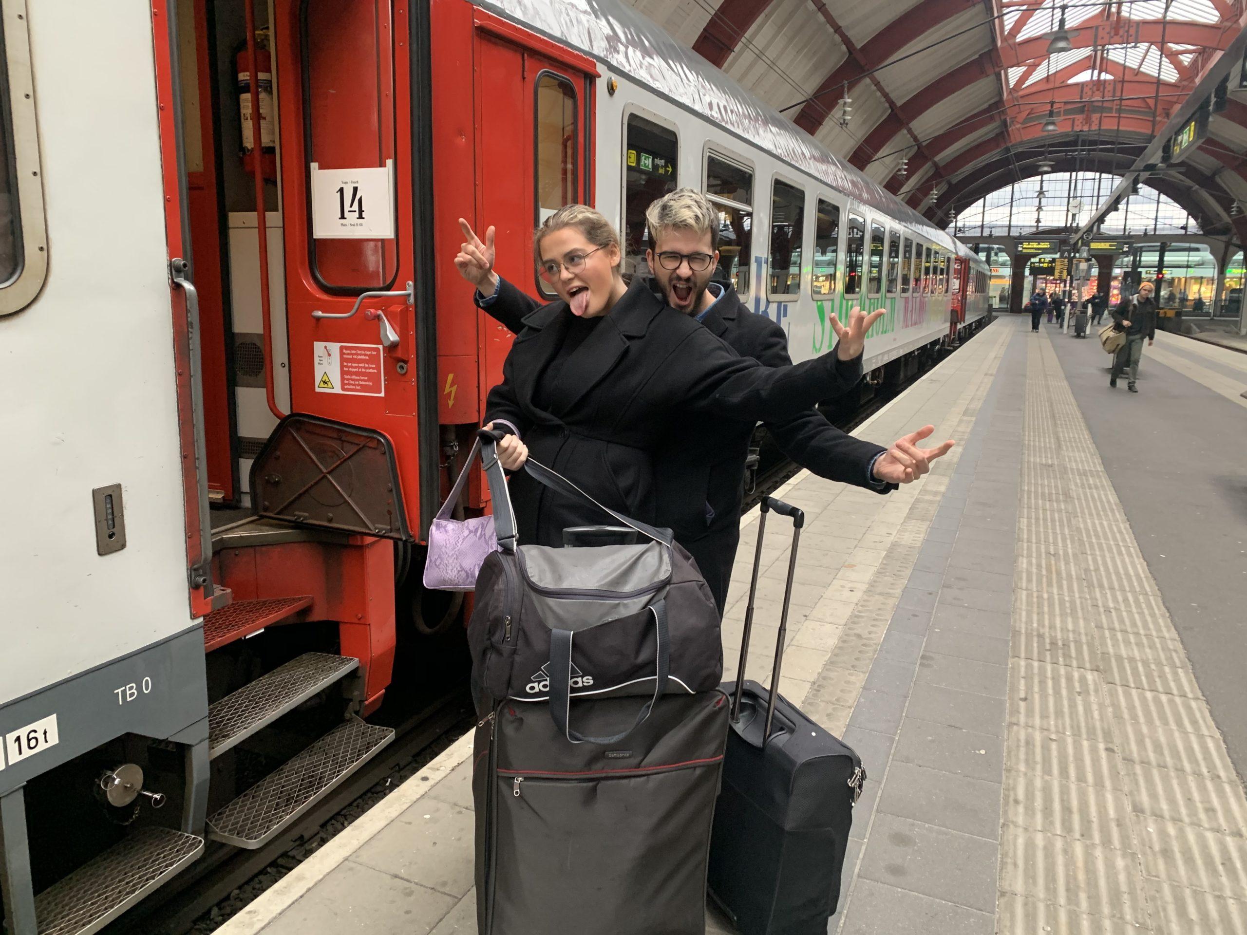 Jag och Mirza vinkar av Nanna på Malmö centralstation