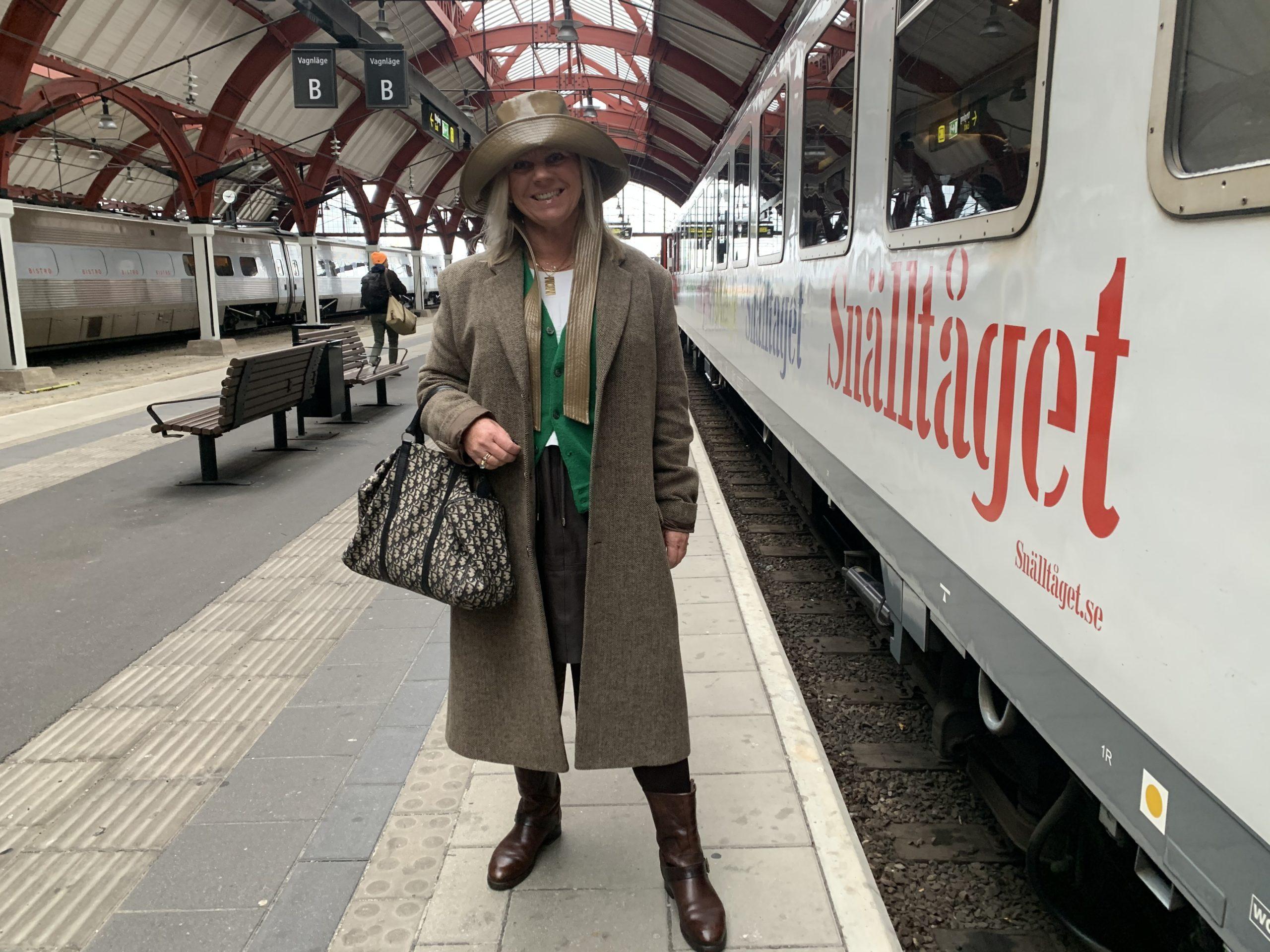 Vi vinkar av Nanna när hon går på tåget till Stockholm på Malmö centralstation