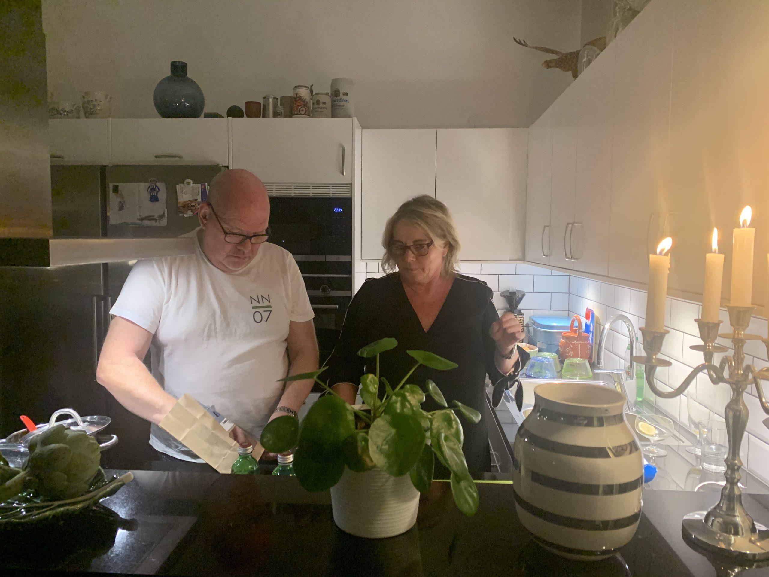 Jonny och Malin lagar mat i sitt fina kök